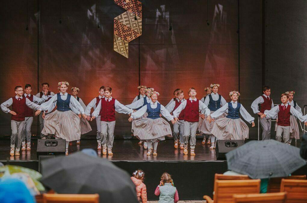 """Bērnu deju kolektīvs """"Sienāzītis"""" – skolas vecuma grupas"""
